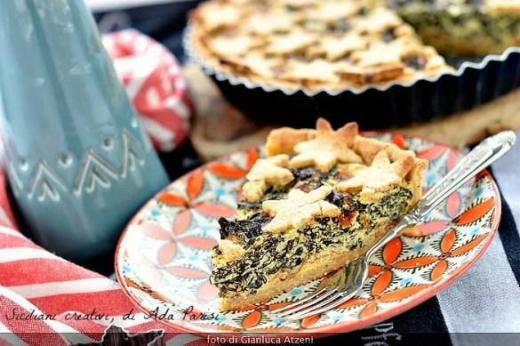 Una fetta di torta salata integrale al cavolo nero