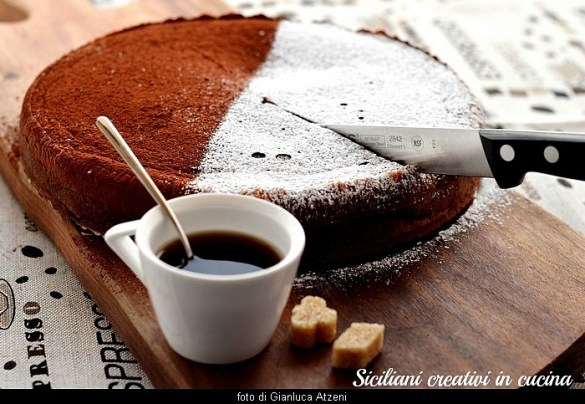 Cremosa, intensa e con tre strati e un unico impasto: torta magica al cacao. Irresistibile.