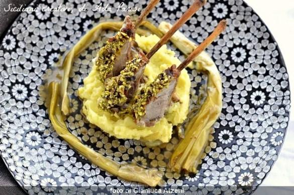 Carrè di agnello a forno, con crosta di pistacchio e patate allo zafferano