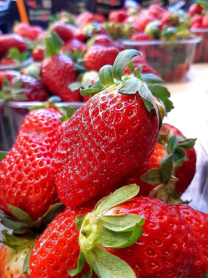 Obst, Saisongemüse und Fisch im April