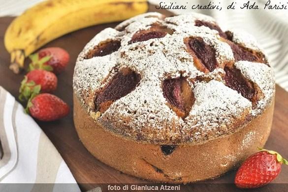 Torta morbida con banane e fragole, soffice e profumata. Ricetta facile