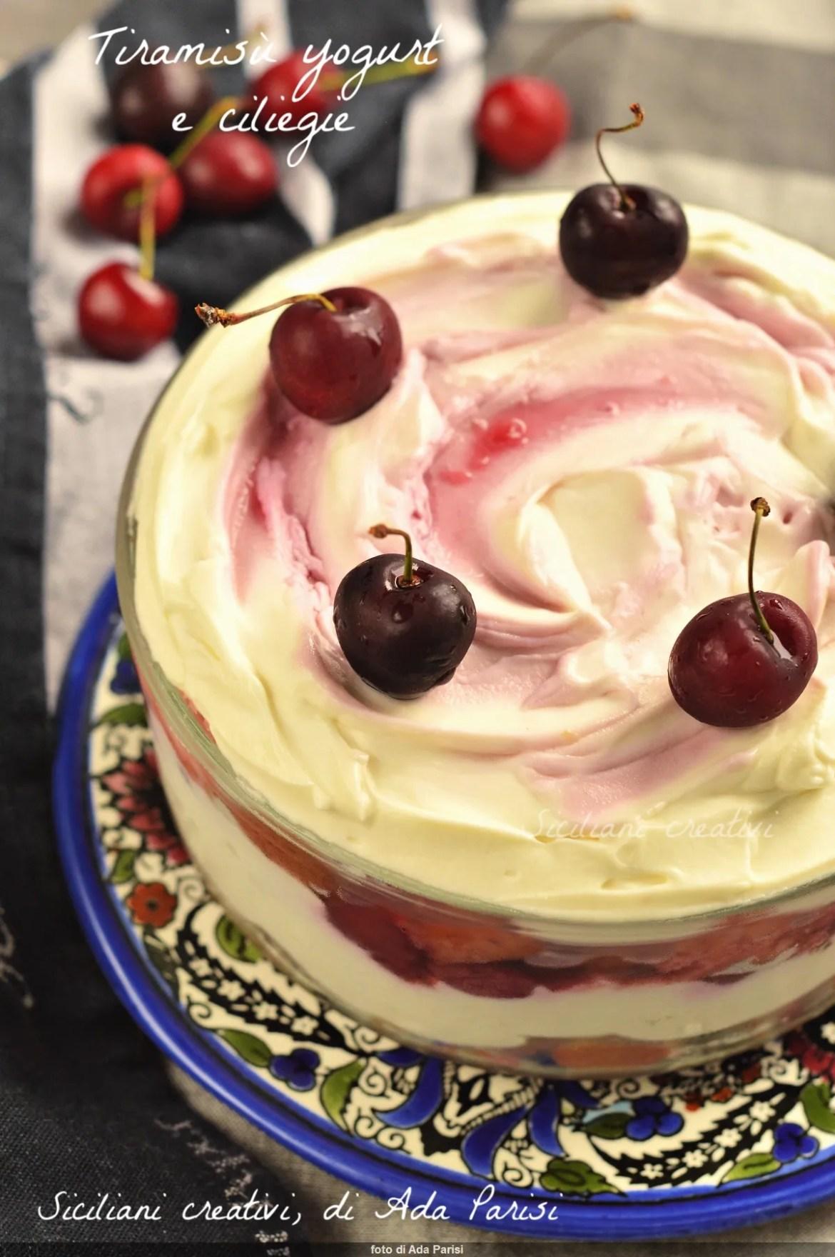 Yogur tiramisú y cerezas: sin huevos y fresco
