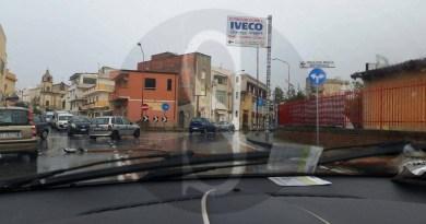 #Barcellona. Tragedia sfiorata in via Martino, crolla palo della luce