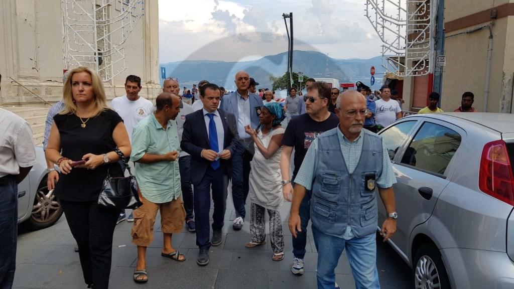 Politica. Messina, Torre Faro: blitz anti ambulantato selvaggio del sindaco De Luca