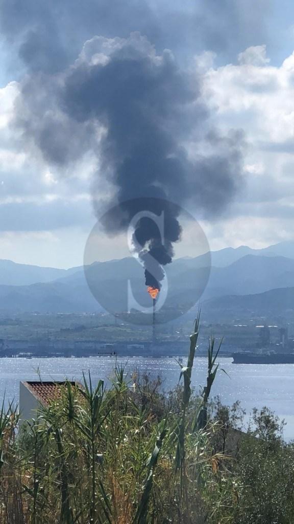 Cronaca. Impianto in tilt alla Raffineria di Milazzo, fumo nero e fiamme: paura e rabbia tra i residenti
