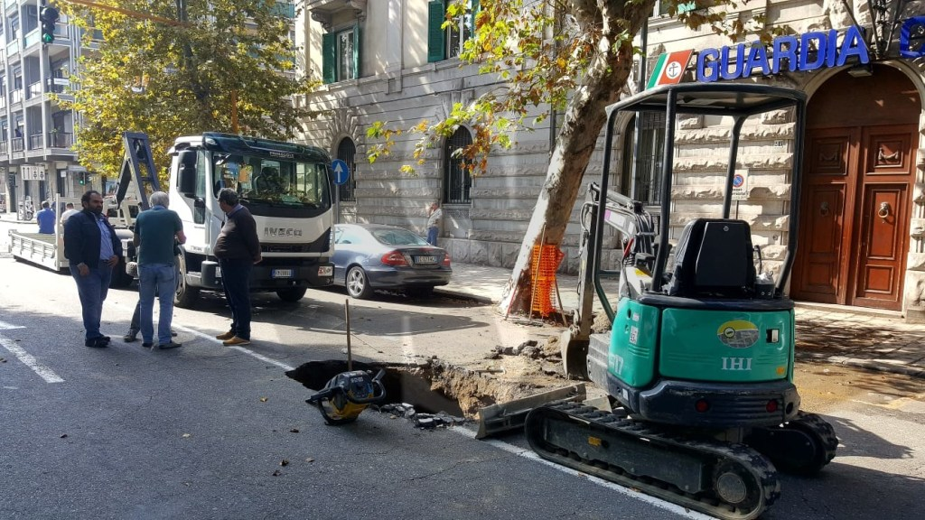 Cronaca. Si apre una voragine in via Garibaldi: traffico in tilt