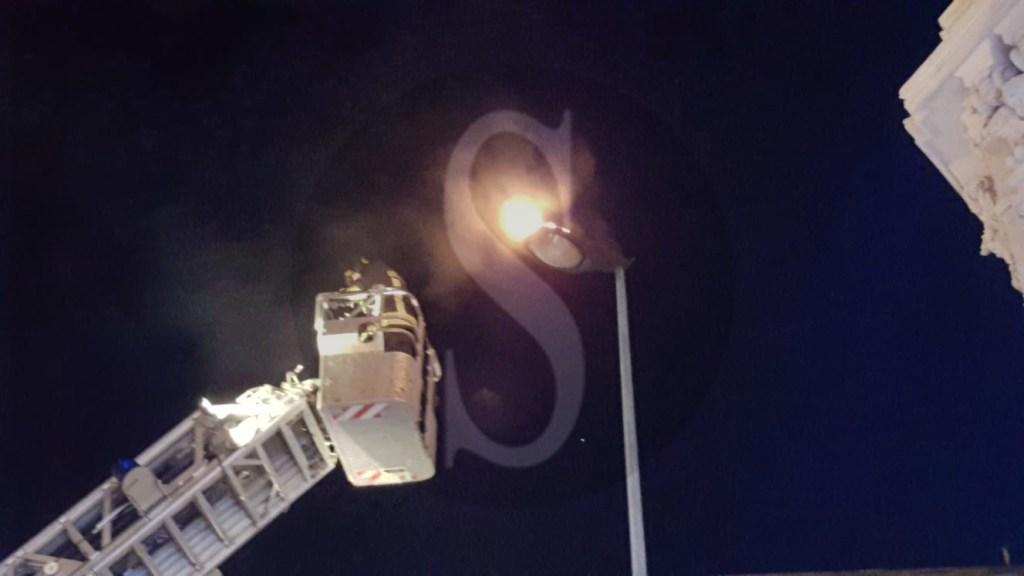 Cronaca. Messina, a fuoco un lampione in via Garibaldi