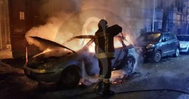 Cronaca. Messina, auto in fiamme nei pressi di piazza Duomo: illesi i 4 passeggeri