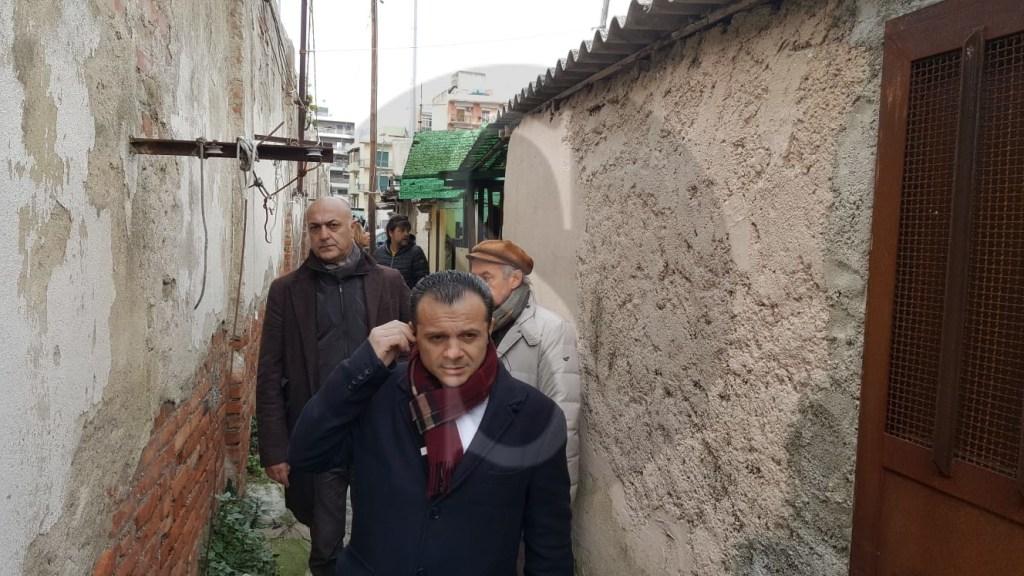 Le baracche di Messina in diretta su Rai 1, il sindaco De Luca al rione Taormina tra amianto e topi