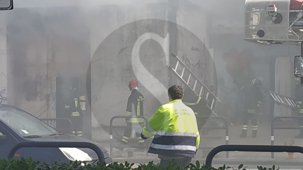 Cronaca. Messina, un vasto incendio è divampato alla Casa del Portuale. Vigili del fuoco in azione