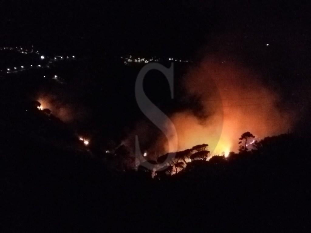 Vasti incendi ieri sera a Curcuraci: fuoco domato dopo molte ore