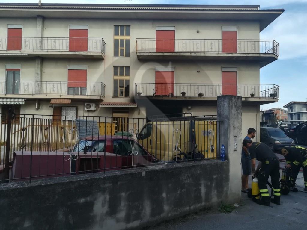 Barcellona PG, incendio divampa in una officina: distrutte diverse auto