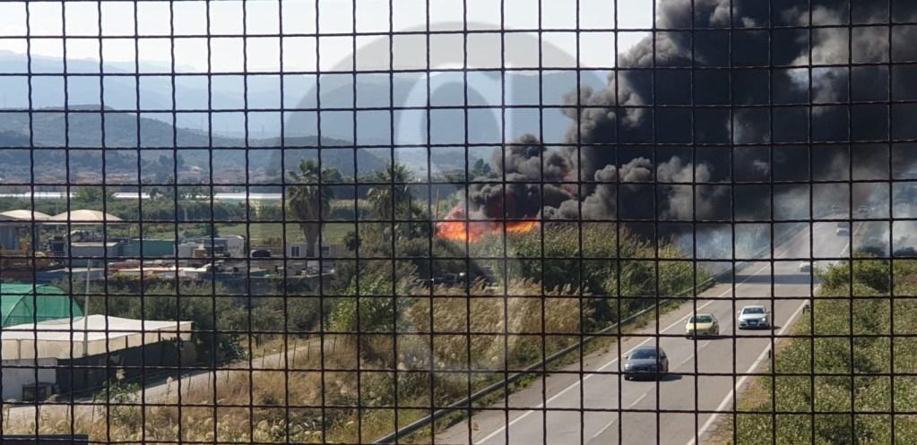 Vasto incendio in un deposito a Terme Vigliatore. Vigili del fuoco in azione