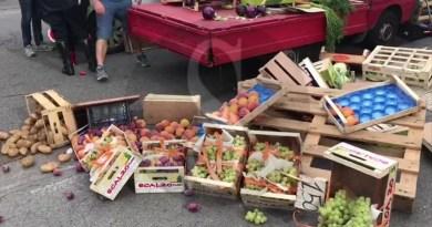 Messina, ambulante abusivo getta a terra frutta e verdura per non donarle alle mense dei poveri