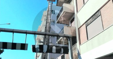Messina, crolla un cornicione in via La Farina: danneggiata Smart