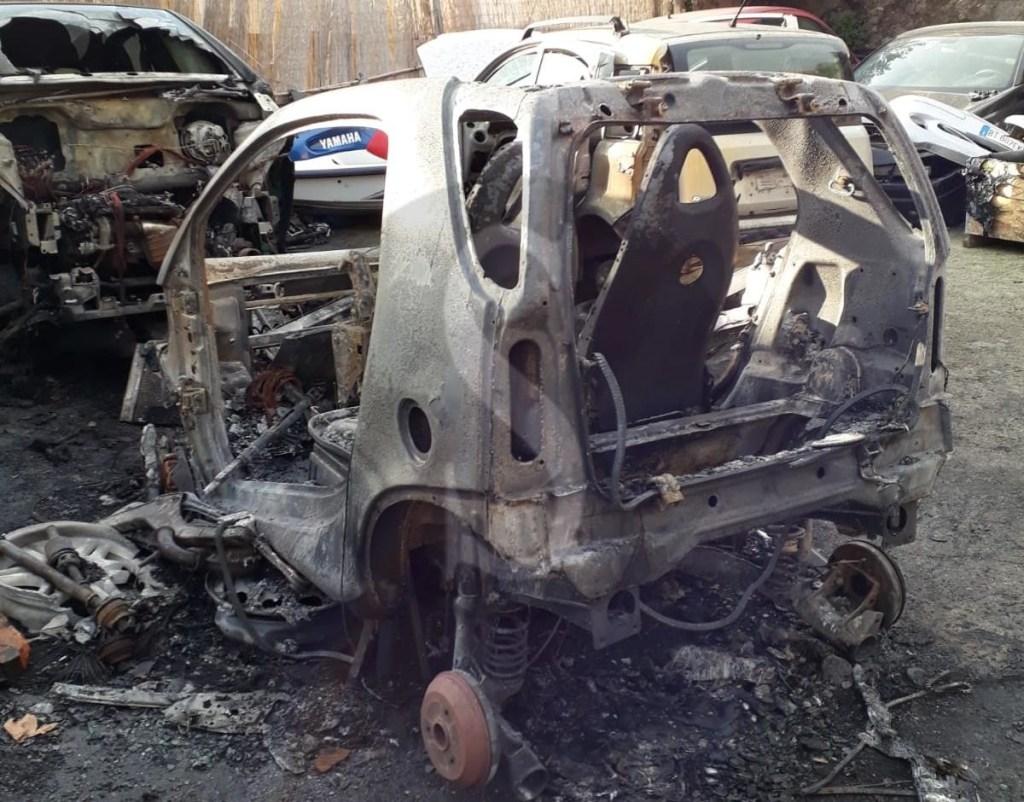 Messina, incendio in un'officina all'Annunziata: distrutto il parco auto