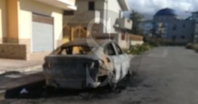 Auto in fiamme la notte scorsa a Barcellona PG, indaga la Polizia