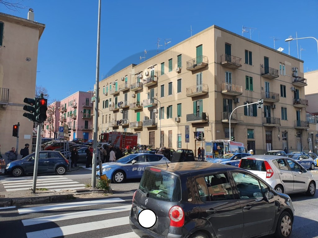 Messina, incidente in via La Farina: auto si ribalta, ferito il conducente
