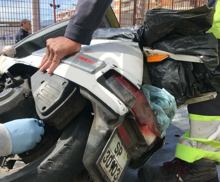 Messina, sullo scooter con una targa giocattolo della Peg Perego: centauro denunciato e mezzo sequestrato
