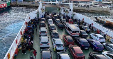 Coronavirus, sbarchi in Sicilia: nave stracolma di auto e passeggeri, distanze di sicurezza inesistenti