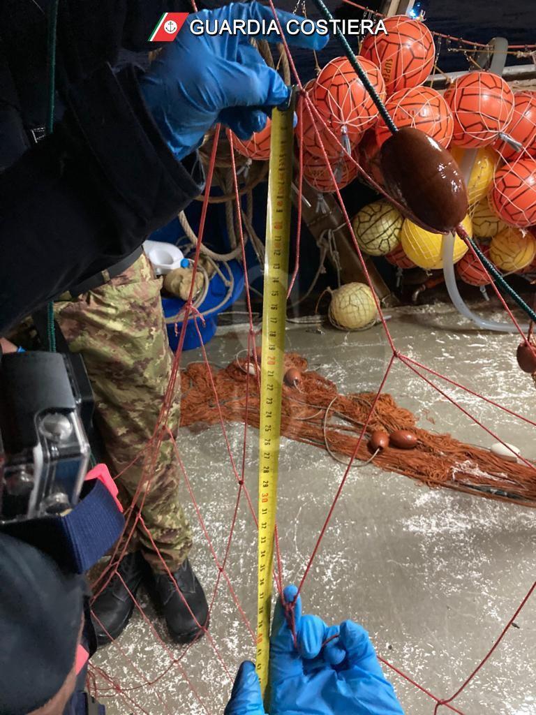 Isole Eolie, la Guardia costiera di Milazzo recupera reti da frodo e multa un peschereccio
