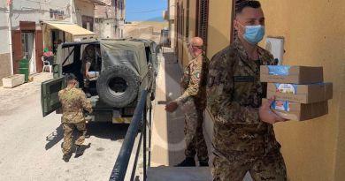 Lampedusa, l'Esercito dona snack e cioccolato ai bimbi della parrocchia di San Gerlando