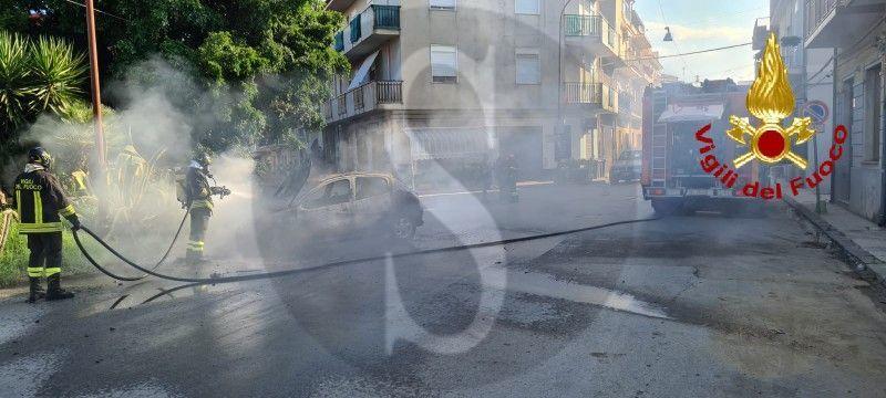 Auto in fiamme a Barcellona Pozzo di Gotto, i Vigili del Fuoco domano l'incendio