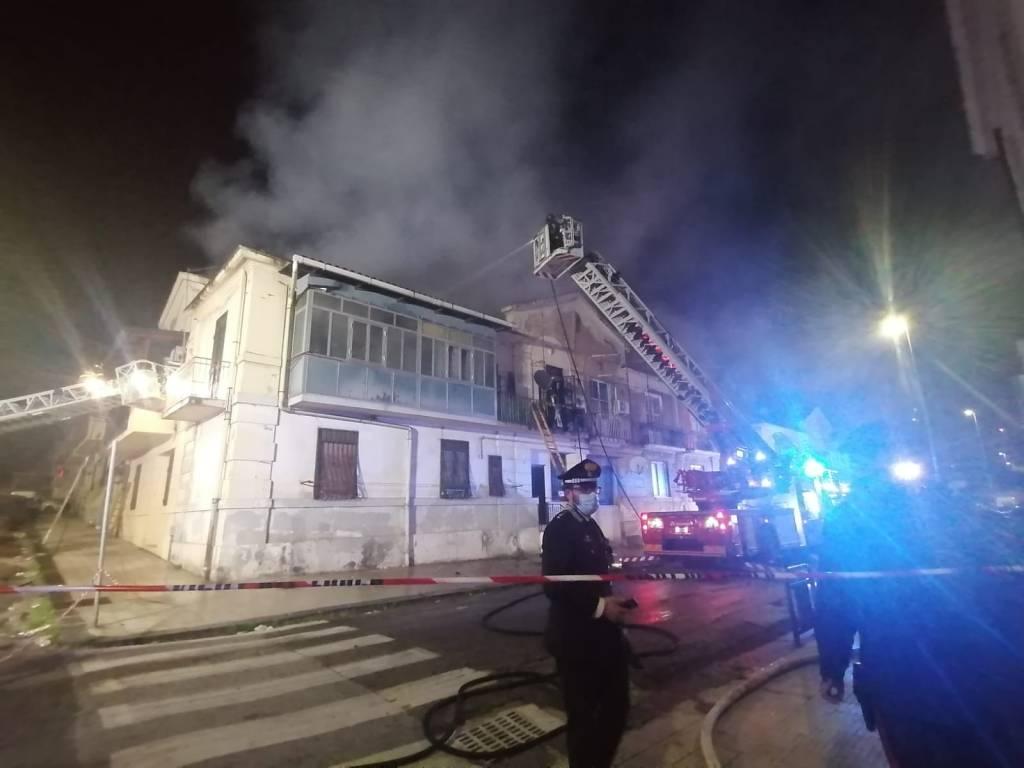 Messina, incendio devasta palazzina in via Conte di Torino: evacuati tutti i residenti