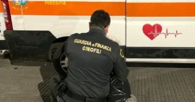 Ambulanza carica di droga fermata all'imbarco dei traghetti di Messina: scattano due arresti