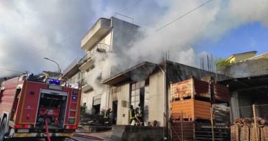 Novara di Sicilia – Incendio in un magazzino, intervento dei vigili del fuoco e carabinieri