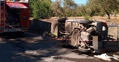 Pace del Mela – Auto si ribalta in via Garibaldi, necessario l'intervento dei vigili del fuoco