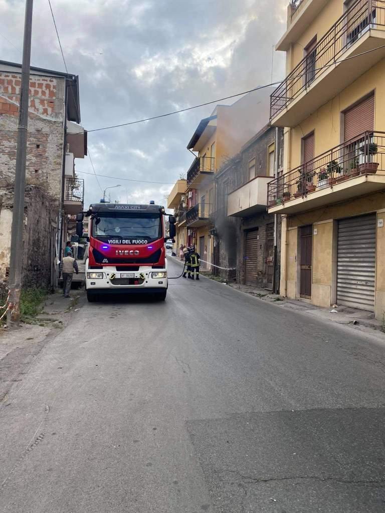 Barcellona PG – Incendio in una casa abbandonata di via Garibaldi. Intervento dei vigili del fuoco