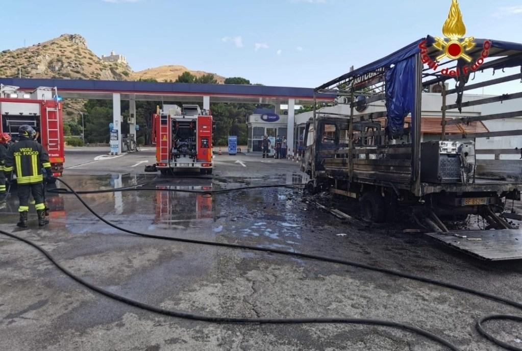 Falcone, furgone prende fuoco nell'area di servizio. Intervento dei vigili del fuoco
