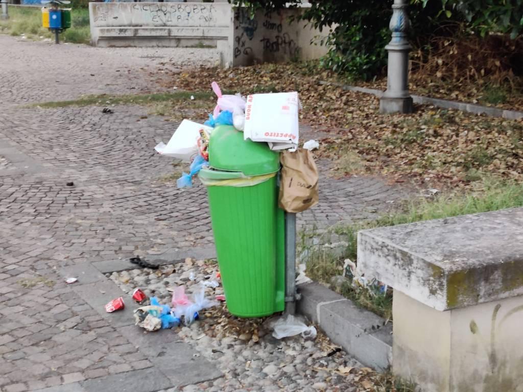 Milazzo,  degrado e inciviltà in Piazza Impastato: bambini giocano circondati dai rifiuti