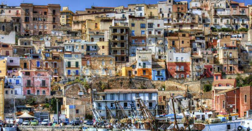 Sciacca seems to be overwhelmed by Monte San Calogero, with its thermal waters and steam vapours which have made the town famous over the centuries..