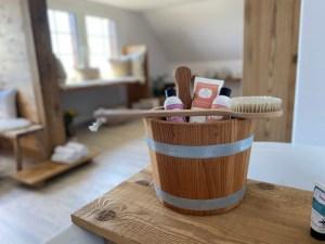 Buurehofwellness _ Saunakübel mit Sidefyn Produkten