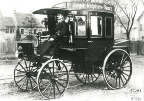 Erster motorisierter Omnibus, der im März 1895 auf der Strecke Deuz-Netphen-Siegen verkehrte.