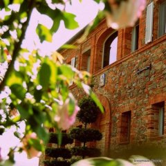 Picture of the front of a Leopoldina Farm House in Tuscany