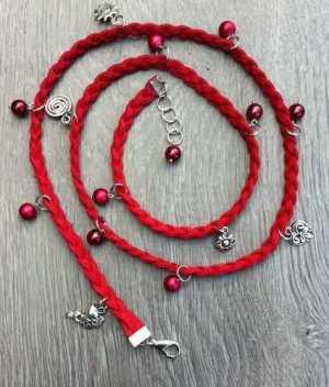 Faux suede armband Joanna met glasparels rood