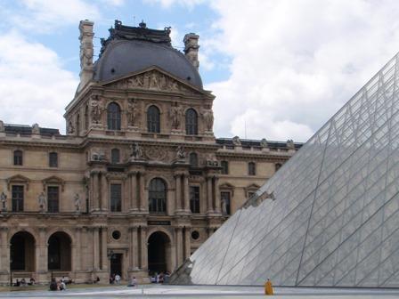 Louvre Pyramída A.