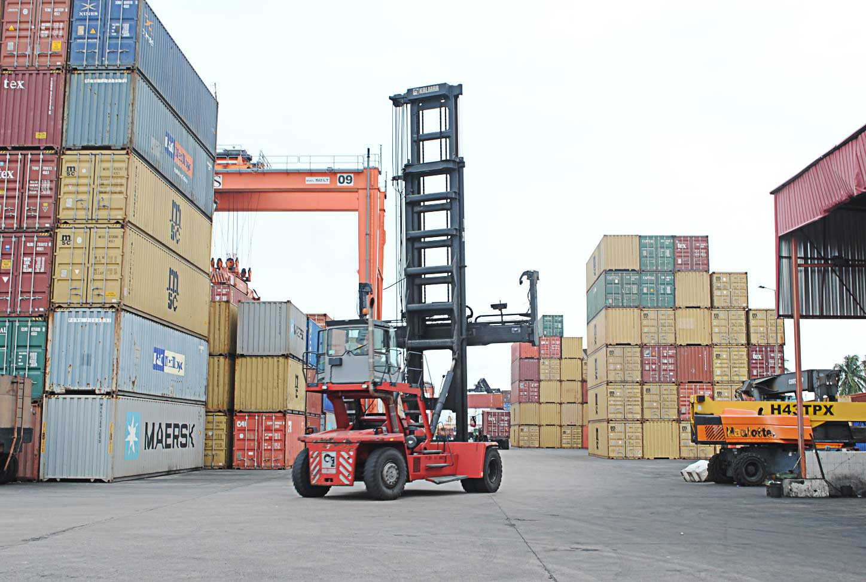 Empty-Handler-Ports-Cargo