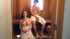 Madura conoce a un muchacho en la sauna y se lo folla