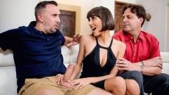 Flirteando delante de su esposo