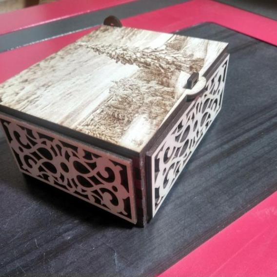 Boîte décorative gravée