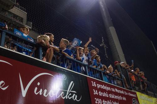 Mládež si fotbalu také užívala (třeba na Jižní tribuně)