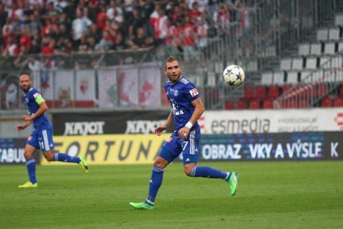 Martin Sladký sleduje míč