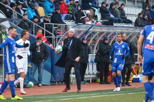 Venca Jílek vrací balón do hry a Moulis se rozčíleně obrací na rozhodčího