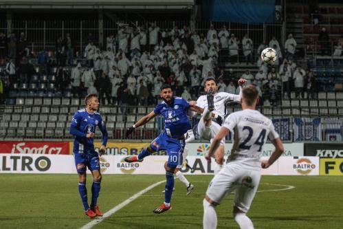 Jakub Yunis bojuje o balón před zraky fanoušků Slovácka