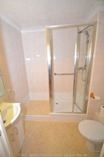 Retirement Flat Emerald Court Coulsdon - Shower makeover 1