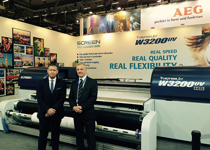 Clicks MD Alan Rigglesford with Screen Europe VP Bui Burke and the dual flatrollTruepress Jet W3200UV HS